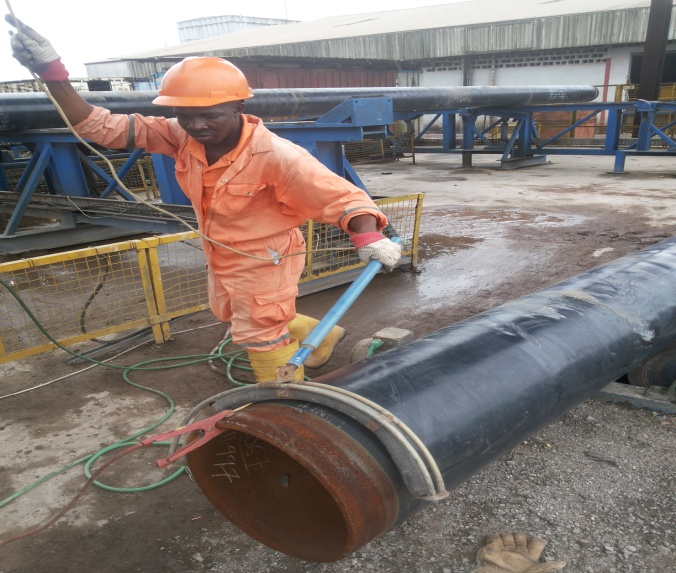 Personnel holidaying pipes for coating